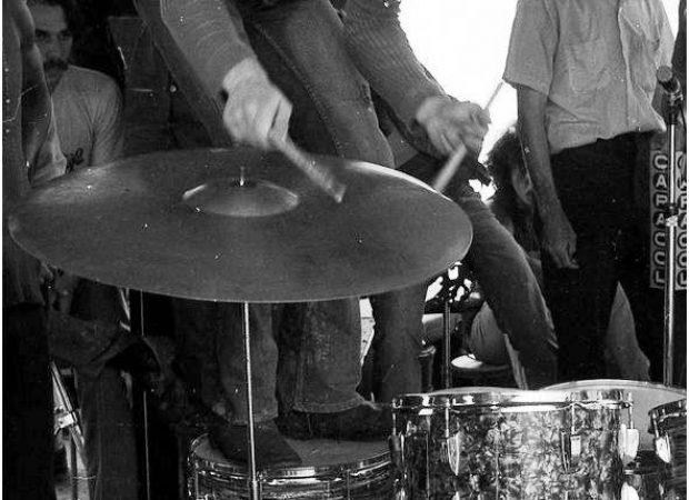 El baterista del grupo Hope, Danny Heller, haciendo de las suyas con la batería durante su presentación en Ancón. Foto de Horacio Gil Ochoa.© Biblioteca Pública Piloto de Medellín para América Latina. Tomada del panpage Memoria Visual de Medellín.