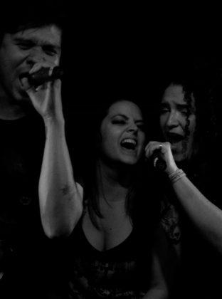 Óscar Mora (izq), Laura Azul (centro) y María Carolina Dávila (der) en el pequeño tributo a Metallica y Led Zepellin.