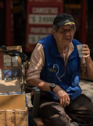 Cigarrero –  La venta de cigarrillos al menudeo está prohibida en Colombia gracias a la presión de las grandes empresas tabaqueras. Sin embargo, algunos señores satisfacen la demanda de quienes desean dejar de fumar, de a poco, y no necesitan comprar un paquete completo.