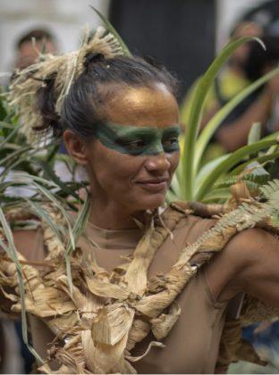 Mujerplanta – El Performance artístico rompe las rutinas y las dinámicas laborales en Junín. La mujer de la fotografía interpreta a un árbol danzante. Ella se arroja al ritmo de la cumbia, el viento rítmico de Colombia.