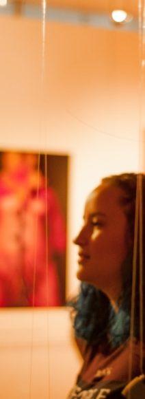 Exposición Narrar la piel de Paola Rojas. Alianza Francesa sede Medellín. Fotografía por Jose Rojo.