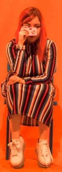 Exposición Narrar la piel de Paola Rojas. Alianza Francesa sede Medellín. Artista Paola Rojas durante exposición. Fotografía por Jose Rojo.