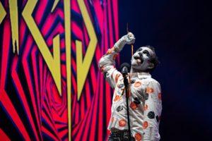 """Irreverente y carismático, Keith """"Monkey"""" Warren, vocalista de The Adicts, hizo vibrar al público de Altavoz. Foto de Alejandro Valencia Carmona."""