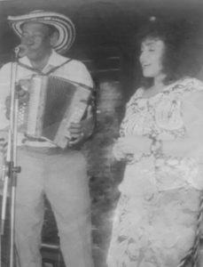Alejo Durán y la directora del programa Una Voz y un acordeón, de la Emisora Cultural de la Universidad de Antioquia, Marina Quintero Quintero. Foto cortesía de Marina Quintero Quintero.